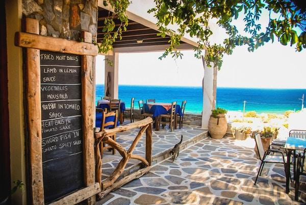 En Taverna i Ios, Hellas med krittmeny-tavla utenfor