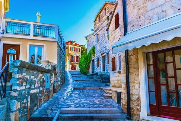 naturskjønn utsikt ved den gamle tradisjonelle middelhavsgaten i Dalmatia, Island Brac.