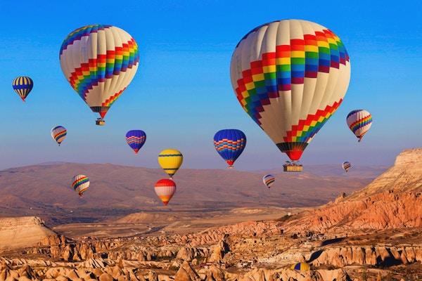 Luftballong som flyr over klippelandskap ved Cappadocia Turkey.