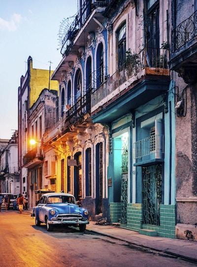 Gammel amerikansk bil på gaten i skumringen, Havana, Cuba