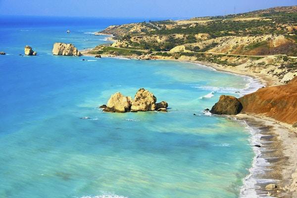 Lyseblått hav og steinete landskap ved kysten på Kypros