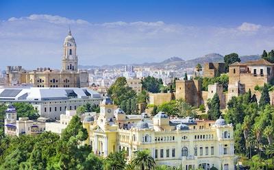 Malaga, Spanias bybilde ved katedralen, rådhuset og Alcazaba-citadellet i Malaga.