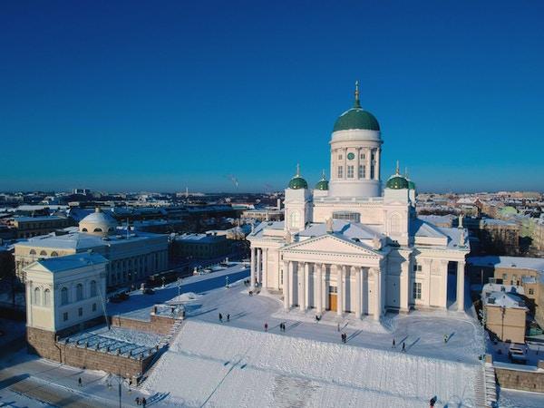 Oversiktsbilde med den store hvite domkirken med grønne kupler i vintertid