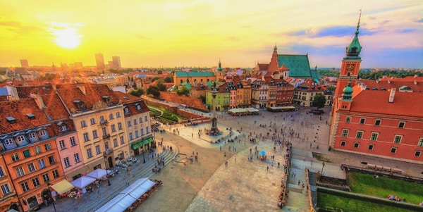 Gamlebyen i Warszawa på kveldstid med en vakker solnedgang - Gamlebyen er en Unescu-arv