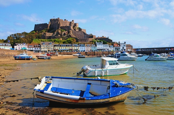 """""""Gorey Harbour og Mont Orgueil Castle i Jersey, Channel Islands"""""""