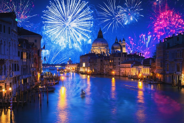 Nyttårs fyrverkeri viser Santa Maria della Salute Basilica i Venezia, Italia