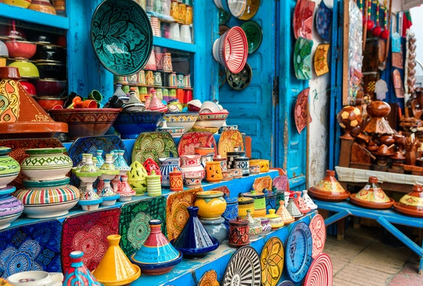 fargerike tallerkener i den marokkanske butikken