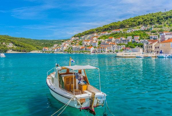Havutsikt ved den lille pittoreske byen Pucisca, øya Brac, Kroatia sommertid.