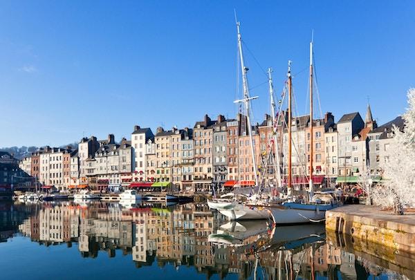 Honfleur havn i Normandie, Frankrike. Fargelegg hus og deres refleksjon i vann.