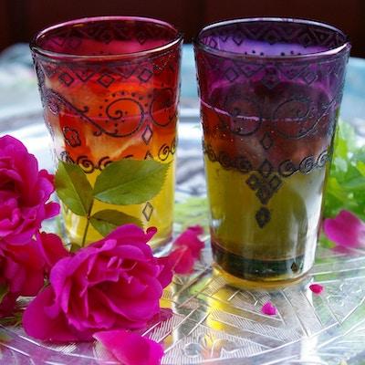 myntete i marokkansk-dekorerte glass