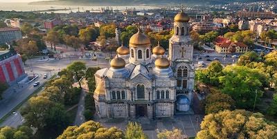 Luftfoto av katedralen for antagelsen i Varna