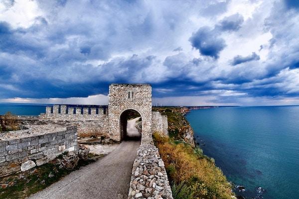 Cape Kaliakra festning, Bulgaria, dramatisk storm som kommer ved Svartehavet. Gammel forlatt festning ved sjøen. Viktig trousittisk attraksjon.