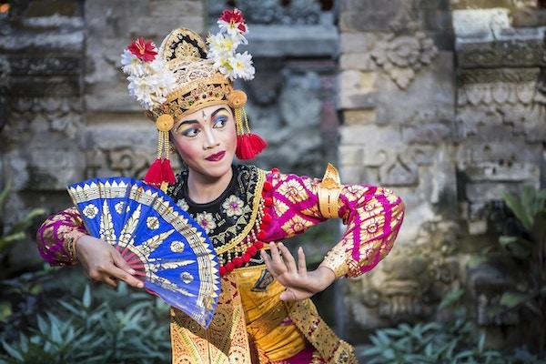 En ung kvinnelig danser fra Bali fremfører Ramayana-dansen i et tempel på Bali i Indonesia. Den hinduistiske kulturen på Bali er fortsatt bevart i dag og tiltrekker seg millioner av besøkende til Gudenes øy på grunn av sin kultur og naturlige skjønnhet.