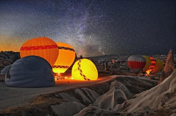 Fargerike luftballonger i Cappadocia, Tyrkia. Vulkanske fjell i Goreme nasjonalpark.