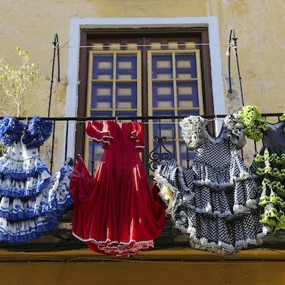 Tradisjonelle flamenco-kjoler i et hus i Malaga, Andalusia, Spania.