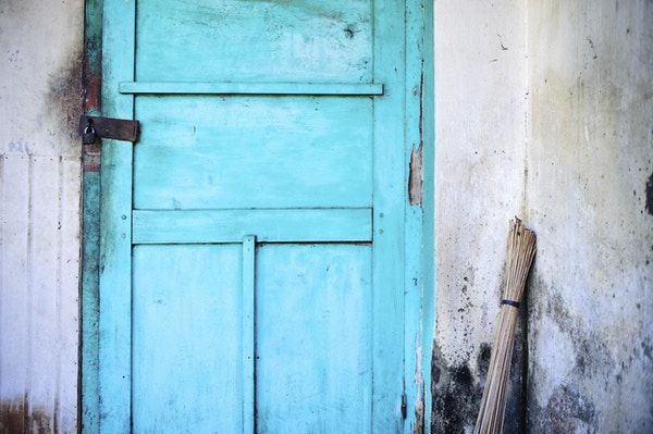 En dør med lås på
