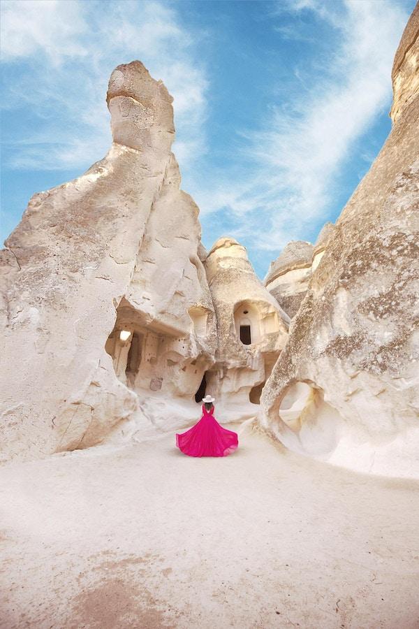 Beautiful Woman in Cave Towns med sine daler, juv, åser, som ligger mellom de vulkanske fjellene i Kappadokia