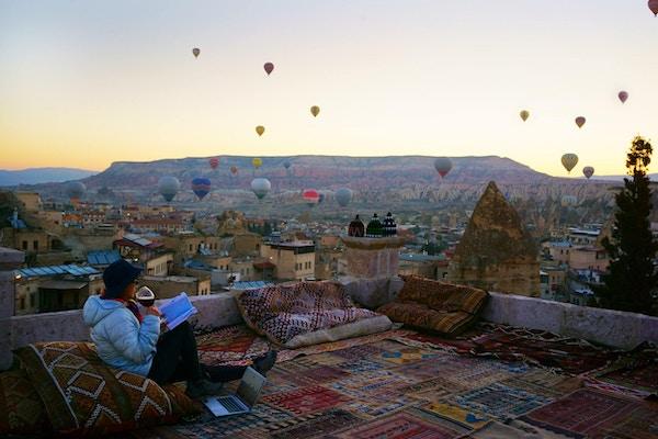 Reis i Kappadokia Tyrkia med varme luftballonger ved soloppgang