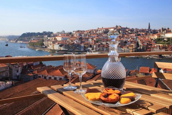 Bord med en fantastisk utsikt over elven i Porto, Portugal.