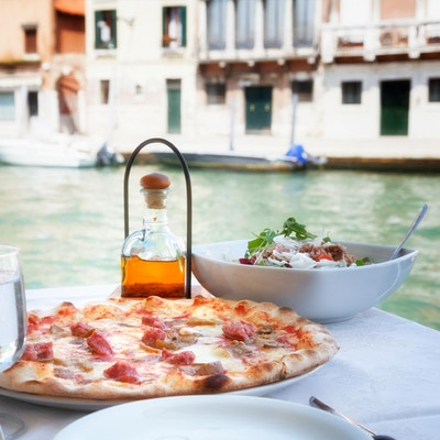 Caprese. Caprese salat. Italiensk salat. Middelhavssalat. Italiensk kjøkken. Middelhavsmat. Tomat mozzarella basilikum etterlater svarte oliven og olivenolje på trebord. Oppskrift - ingredienser