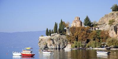 Utsikt fra Ohrid-sjøen mot St.John Kaneo og små båter