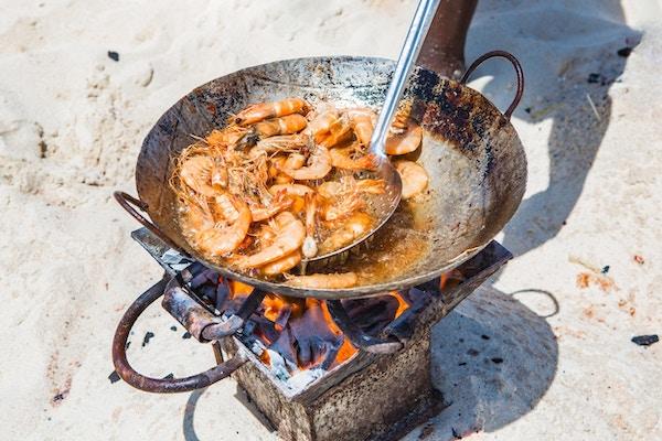 Matlaging sjømat på stranden. Zanzibar, Tanzania.