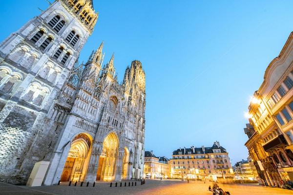 Nattutsikt over den berømte belyste katedralen i Rouen by, hovedstaden i Normandie-regionen i Frankrike
