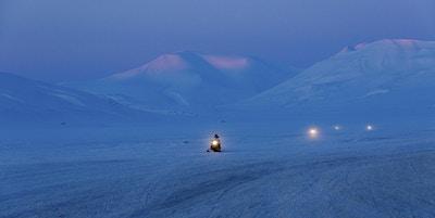 Spitzbergen scooterutflukt med fjell i bakgrunnen, like ved Longyearbyen.