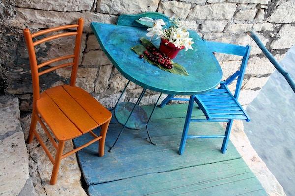 To stoler og et bord