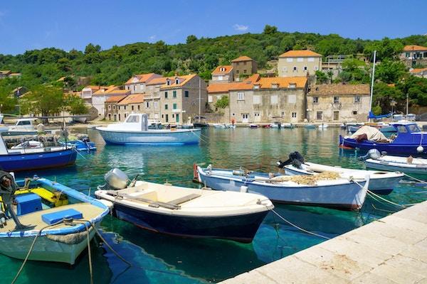 Utsikt over fiskehavnen i landsbyen Sudurad på øya Sipan, en av Elaphiti-øyene i Kroatia