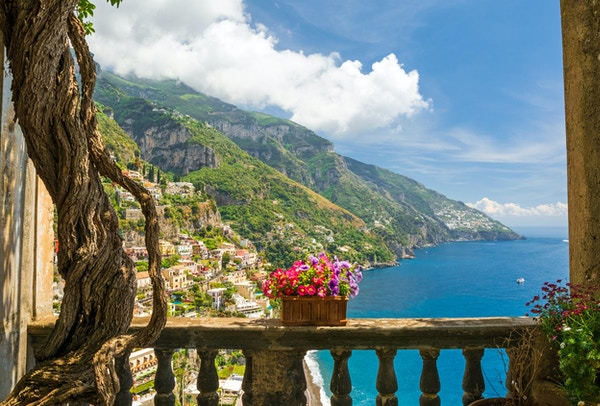 vakker utsikt over byen Positano fra antikk terrasse med blomster, Amalfikysten, Italia. balkong med blomster