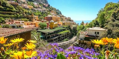 Utsikt over en by på fjellet i Amalfikysten, Positano, Italia.