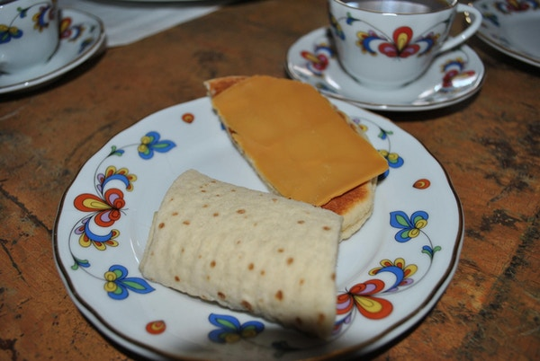 Lemse og pjalt på tallerken med kaffekopp til