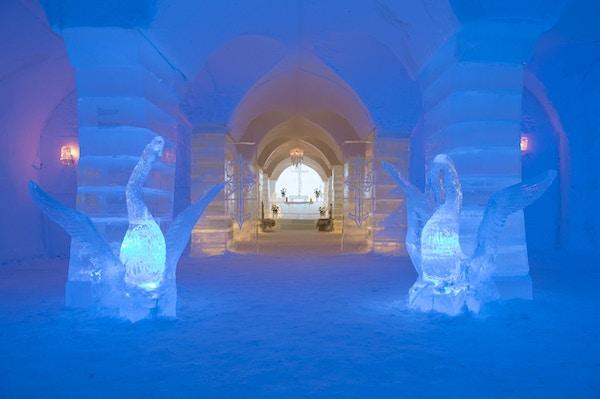 Isskulpturer av drager vokter inngang til iskapell
