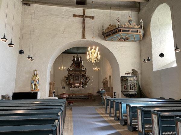 Innsiden av kirke med alter og kirkebenker