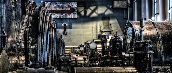 Gamle maskiner inne i en hall i nedlagt fabrikk som nå er museum