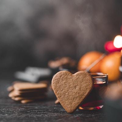 Den tradisjonelle svenske gløggdrikken kjent som glögg, på et trebord i julen.