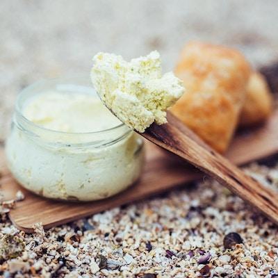 Smør med smørkniv og brød.