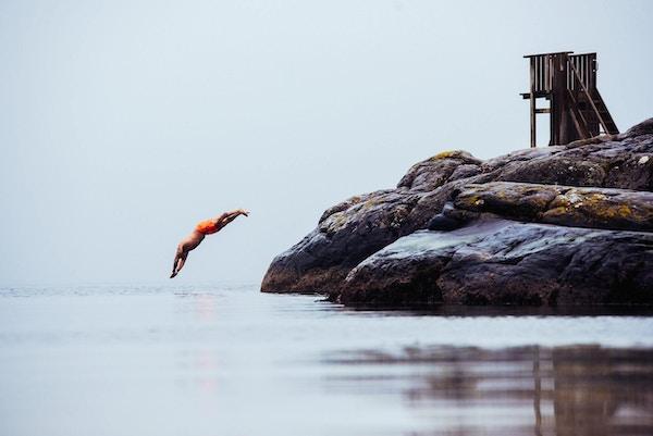 Mann stuper i havet