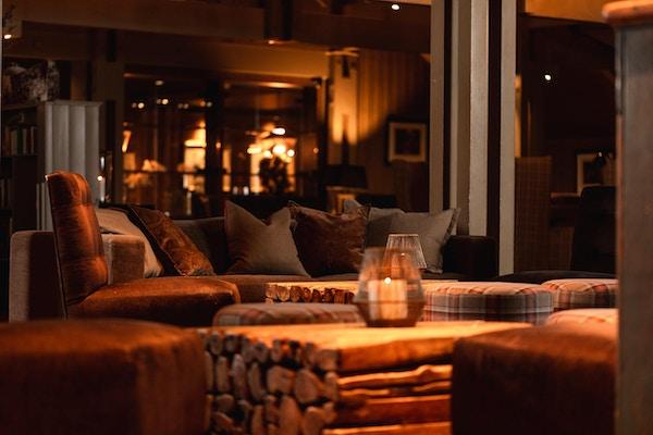 Store sofaer med puter i skaper god atmosfære