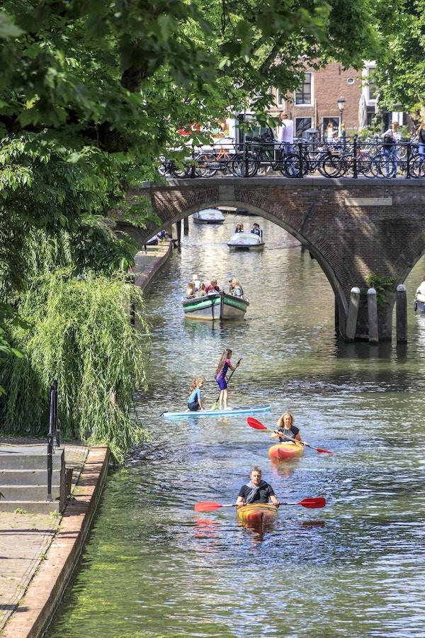 Kanal med båter og kajakk