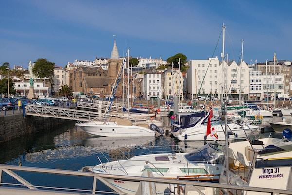 Havnen med seilbåter og yachts