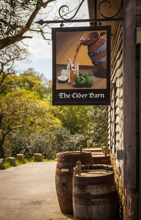 Serverer lokal mat og cider