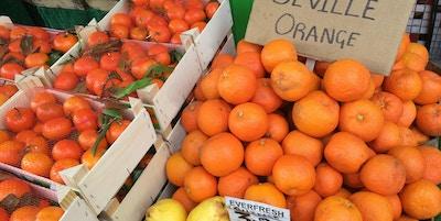 Sevilla Oranges til salgs i et gatemarked i London. De er bare tilgjengelige i noen uker hvert år, og britene bruker den bitre frukten til å lage marmelade.