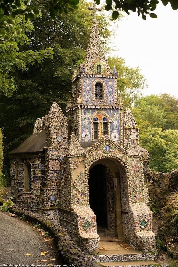Et bitte lite kapell dekket i mosaikk på utsiden