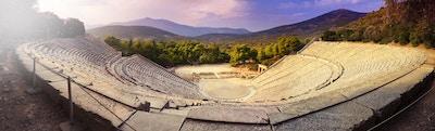 Teateret til Epidaurus i Peloponnese, Hellas. Det ble bygget på 400-tallet f.Kr. og har plass til 15000 mennesker. Det er også kjent for sin eksepsjonelle akustikk.