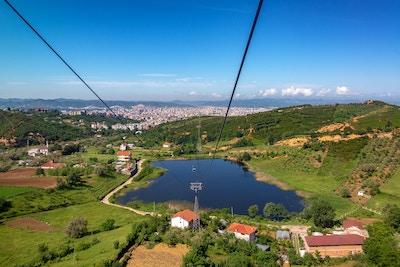 Landlig landskap med Tirana, Albania i bakgrunnen