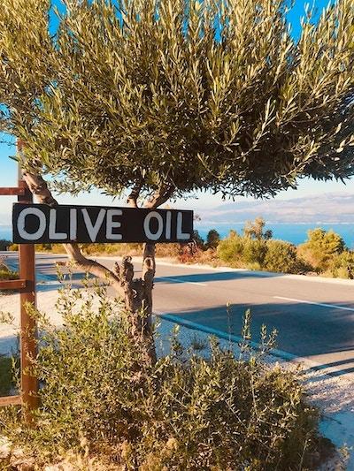 Olivenolje skilt på siden av gaten