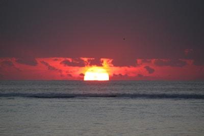 Majestetisk solnedgang over havet