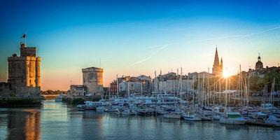 Panorama av den gamle havnen i La Rochelle, Frankrike ved solnedgang